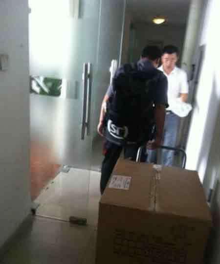 Un joven chino casi muere asfixiado al enviarse como regalo para su novia